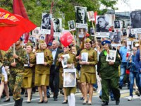 Севастополь. People with portraits of relatives-participants of war of 1941-1945, action Immortal regiment on Nakhimov Avenue Sevastopol. Фото irinabal18-Depo