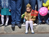 Россия. Крым. Город-герой Севастополь. Little girl with a flag sitting on the sidewalk on the Nakhimov Avenue in a Victory Day on 9 may. Фото irinabal18-Dep