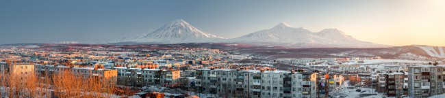 Россия. Камчатка. Petropavlovsk-Kamchatsky cityscape. Sunrise over Koryaksky and Avachinsky volcanoes. Far East, Russia. Фото amoklv - Depositphoto