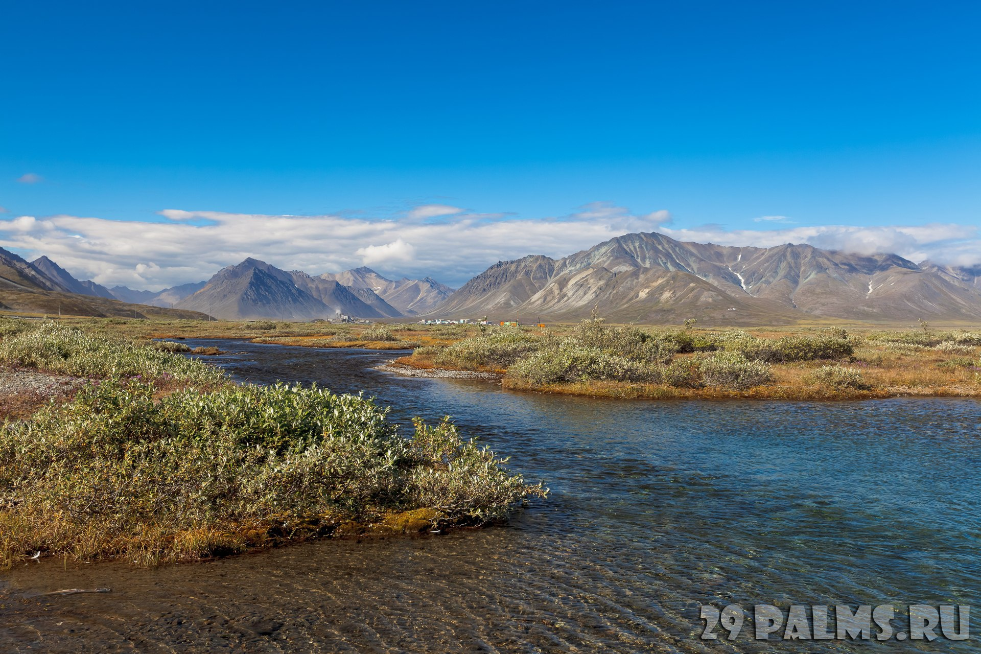 Клуб путешествий Павла Аксенова. Россия. Хибины. Tundra in front of the river bend with mountains above the Arctic Circle, Russia. Фото kopachinsky - Depositphotos
