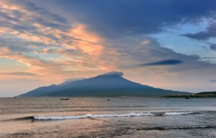 Россия. Курильские острова. Kurile Islands, Far East of Russia. View of the volcano Bogdan Khmelnitsky at sunset. Фото vladsv - Depositphotos