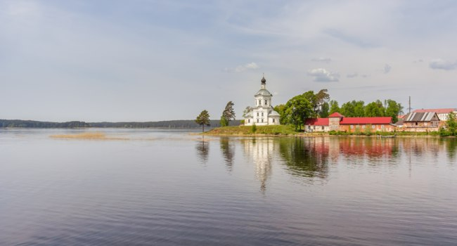 Россия. Озеро Селигер. Vozdvizhenskaya Church in the Nilo-Stolobensky Desert, Tver Region, Russia. Фото TischenkoPhoto - Depositphotos