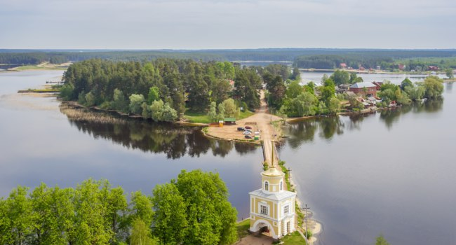 Россия. Озеро Селигер. Svetlitskaya tower and Svetlitsy village on Lake Seliger, Tver region, Russia. Фото TischenkoPhoto - Depositphotos