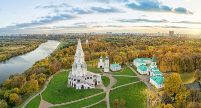 Россия. Москва. Музей-заповедник Коломенское. Church of the Ascension in Kolomenskoye park in autumn season (aerial view), Moscow, Russia. Фото bbsferrari-Dep