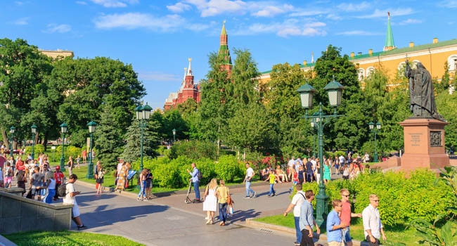Клуб путешествий Павла Аксенова. Россия. Москва. Александровский сад. Tourists walk in Aleksandrovskiy Garden in Moscow. Фото BoneKot - Depositphotos