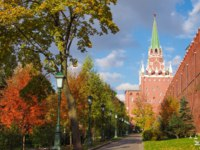 Россия. Москва. Александровский сад. Alexander Garden and Moscow kremlin in autumn day in Moscow. Фото sinat - Depositphotos