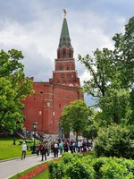 Россия. Москва. Александровский сад. People walking near Borovitskaya tower of Moscow Kremlin in summer. Borovitskie gates. Фото irinabal18-Deposit