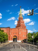 Клуб путешествий Павла Аксенова. Россия. Москва. Александровский сад. Moscow Kremlin gate in summer, Russia. Фото scaliger - Depositphotos