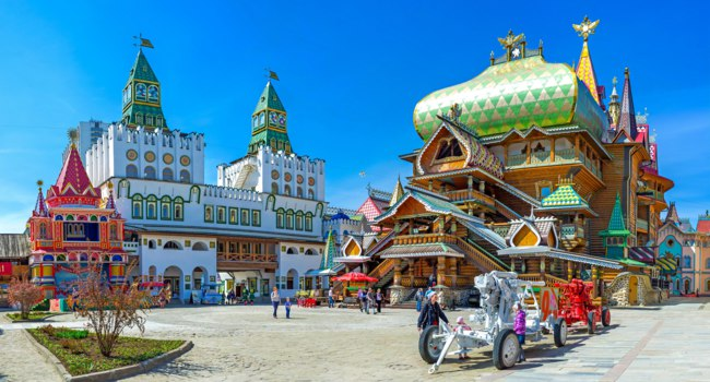 Panorama of the central square of Izmailovsky Kremlin with the timbered Tsar's Palace and huge decorative central gate with green towers. Фото efesenko-Deposit