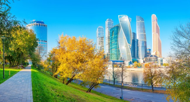 Россия. Москва-сити. Panorama of Moscow International Business Center at morning with Moskva river and beautiful park. Фото fotosaga - Depositphotos