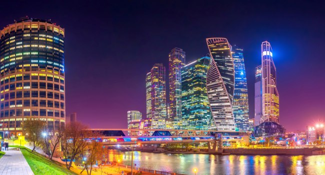 Россия. Москва-сити. Panorama of Moscow City with reflections in Moscow river at night. Modern architecture of Russia. Фото fotosaga - Depositphotos