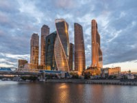 Россия. Москва-сити. Business center Moscow-city in the Golden rays of the morning sun on the banks of the Moscow river. Фото sachkov - Depositphotos