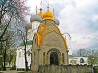 The Prokhorovs' chapel-shrine and Cathedral Church of the Smolensk Icon of the Mother on the background at Novodevichy Convent, Moscow, Russia. Фото Gel
