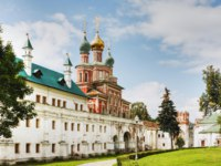Россия. Москва. Новодевичий монастырь. The Gate Church and the wall of the Novodevichy Convent. Moscow. Russia. Фото doroshin-Depositphotos