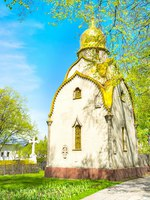 The small golden domed Prokhorov Chapel located in beautiful garden on territory of Novodevichy Convent in moscow, Russia. Фото efesenko-Depositphotos