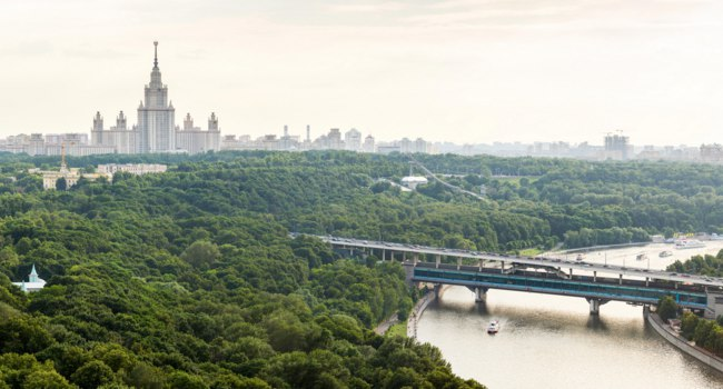Москва. Воробьевы горы. Panorama of Sparrow Hills, Moscow State University, Moscow River and Luzhniki Bridge. Moscow, Russia. Фото straannick-Depositphotos