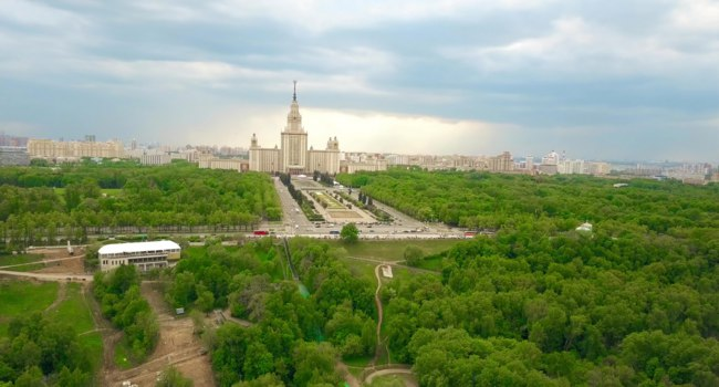 Москва. Воробьевы горы. Aerial shot of the Moscow State University MSU and Vorobievy Gory or Sparrow Hills recreation area. Фото alexeynovikov-Depositphotos