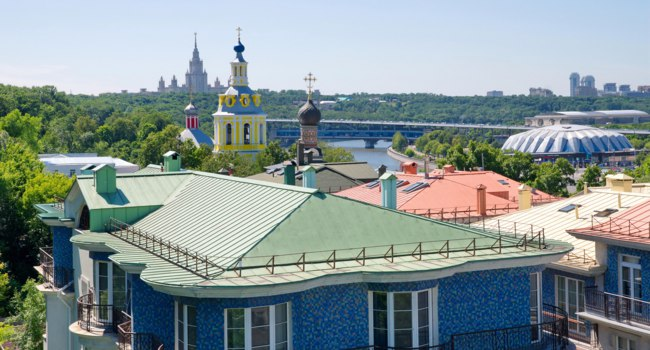 Москва. Андреевский монастырь. View from the observation deck of the Russian Academy of Sciences on the domes of churches of Andreevsky monastery Moscow