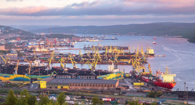 Россия. Город-герой Мурманск. Порт. Panorama northern city. Cargo Port gulf of sea. Murmansk, Russia. Фото ParStud - Depositphotos