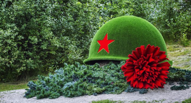 Россия. Город-герой Мурманск. Monument to the dead soldiers in the form of a helmet and a red carnation. Murmansk, Russia. Фото Demanna - Depositphotos