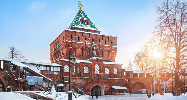 Россия. Дмитриевская башня Нижегородского кремля. Dmitrievskaya Tower of the Kremlin in Nizhny Novgorod, Russia. Фото yulenochekk - Freepik.com