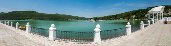 Россия. Краснодарский край. Панорама озера Абрау. Panoramic view of the lake Abrau near Novorossiysk city, Russia. Фото alexbr - Depositphotos