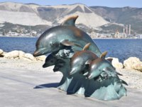 Россия. Новороссийск. The bronze sculpture of three dolphins on the beach. Фото Leonid_Eremeychuk - Depositphotos