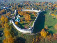 Россия. Псков. Изборск. Top view of the medieval Izborsk fortress in golden autumn (aerial photography). Izborsk, Russia. Фото sikaraha - Depositphotos