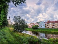 Россия. Архитектура Пскова. On the banks of the river near the fortress. Фото yulenochekk - Depositphotos