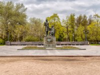 Россия. Парки Пскова. The monument to russian poet Alexander Pushkin and his nanny Arina Rodionovna in the park of Pskov, Russia. Фото elesi - Depositphotos