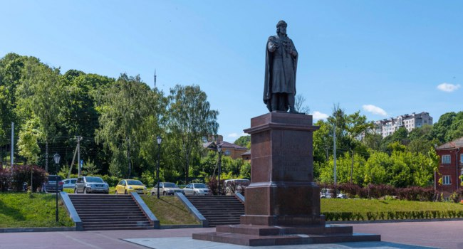 Россия. Город-герой Смоленск. Monument to Prince Vladimir at the Dnieper River embankment, Smolensk, Russia. Фото katuka - Depositphotos