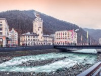 Сочи. Красная поляна. Курорт Роза Хутор. Romanov bridge, Mzymtu river and the snowy peaks of the mountains on Rosa Khutor in Sochi. Фото yulenochekk-Depositph