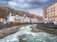 Россия. Сочи. Красная поляна. Курорт Роза Хутор. Mzymtu River and the snowy peaks of the mountains on Rosa Khutor in Sochi. Фото yulenochekk - Depositphotos
