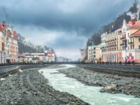 Россия. Сочи. Красная поляна. Курорт Роза Хутор. Mzymta River and the snowy peaks of the mountains on Rosa Khutor in Sochi. Фото yulenochekk - Depositphotos