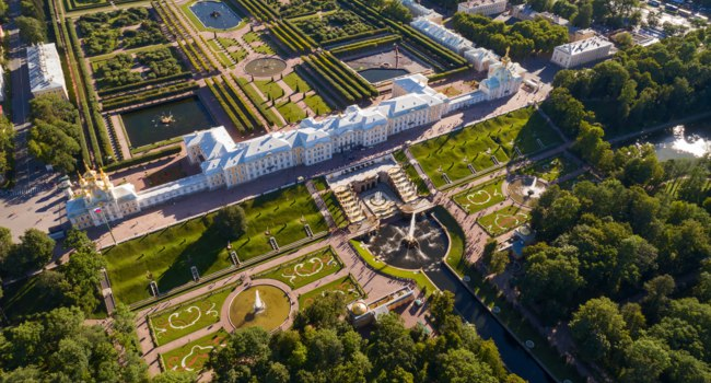 Россия. Санкт-Петербург. Петродворец. Aerial view on the Petrodvorets Palace in Peterhof Park, a suburb of St. Petersburg, Russia. Фото Kokhanchikov-Depositph