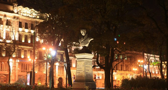 Александровский сад. Памятник В.А. Жуковскому. Vasily Zhukovsky bust in the Alexander Garden at night. St. Petersburg, Russia. Фото muhor-Depositphotos