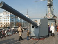 Клуб Павла Аксенова. Россия. Санкт-Петербург. Крейсер Аврора. At the nose guns of the cruiser Aurora. St. Petersburg. Russia. Фото sikaraha - Depositphotos