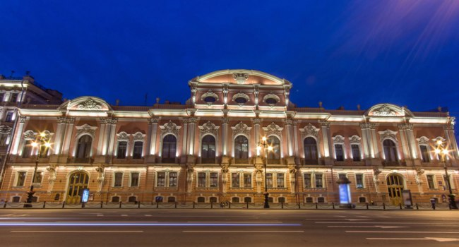 СПб. Дворец Белосельских-Белозерских. Illuminated Beloselsky-Belozersky Palace night timelapse, traffic on Nevskiy avenue. St. Petersburg. Фото neiezhmakov - Deposit