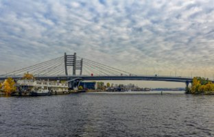 Central part of new Bettencourt bridge across the river Malaya (Small) Neva in Saint-Petersburg, Russia at autumn. Фото Igor-SPb - Depositphotos