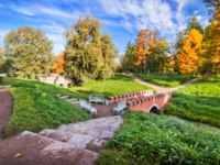 Пушкин. Екатерининский парк. Brick bridge across the Wittolovsky Canal in Tsarskoye Selo next to the Tower Ruin on a sunny autumn day. Фото yulenochekk-Deposit