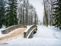 Россия. Пушкин. Екатерининский парк. Bridge over the river and the Hermitage pavilion in Tsarskoye Selo. Фото yulenochekk - Depositphotos