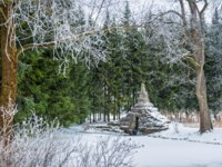 Россия. Пушкин. Екатерининский парк. Tuff Bridge in Tsarskoye Selo among green fir trees and snow-covered trees. Фото yulenochekk - Depositphotos