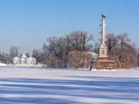 Пушкин. Чесменская колонна. Grotto pavilion and Chesme column in Catherine park in winter, Tsarskoe Selo (Pushkin), St. Petersburg. Фото mistervlad - Depositphotos