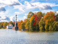 Пушкин. Екатерининский парк. Чесменская колонна. Autumn foliage in Catherine park, Tsarskoe Selo (Pushkin), St. Petersburg. Фото mistervlad - Depositphotos