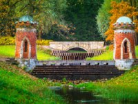 Пушкин. Красный каскад. Petersburg. Brick bridge over the river. The ancient bridge. St. Petersburg. the city of Pushkin. Tsarskoe Selo. Фото GrinPhoto - Depositphotos