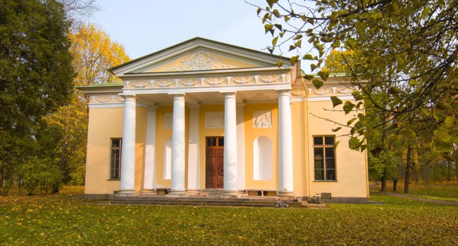 Санкт-Петербург. Царское село (Пушкин). Concert Hall Pavilion during golden fall in Catherine park, Pushkin, Saint Petersburg. Фото mistervlad - Depositphotos
