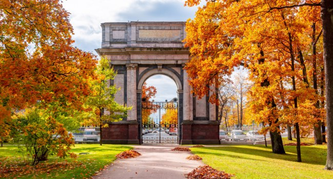Пушкин. Орловские (Гатчинские) ворота. Orlov (Gatchina) gate in Catherine park in fall, Tsarskoe Selo (Pushkin), Saint Petersburg. Фото mistervlad - Depositphotos