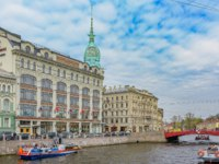 Россия. Санкт-Петербург. Набережная Мойки. Au Pont Rouge store class luxury (in English Near the Red Bridge). St Petersburg. Фото Igor-SPb - Depositphotos