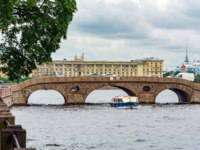 Прачечный мост через Фонтанку. Laundry bridge over the Fontanka river at its source from the Neva river on the border of the Summer garden, St. Petersburg. Фото