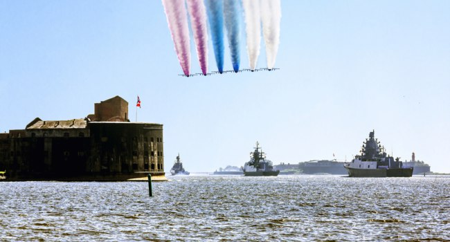 Россия. Кронштадт. Форт Александр I. Parade of warships and aircraft on the day of the Navy in the waters of Kronstadt in St. Petersburg. tФото toshket - Deposit